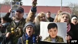 Фотография Надежды Савченко в руках участников акции протеста в Киеве в ее поддержку.