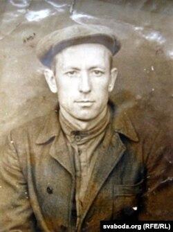 Аляксандар Валінскі на лягерным фота ў 1951 годзе