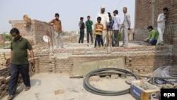 Люди біля ймовірного місця зґвалтування і підпалу 15-річної дівчини в Індії, 9 березня 2016 року