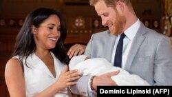 Британський принц Гаррі і його дружина Меган із новонародженим сином