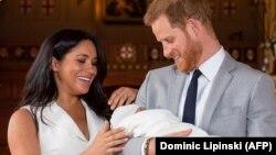 Британский принц Гарри и его супруга Меган держат сына Арчи Харрисона