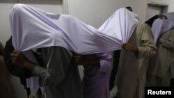 مشکوک ورانکاري د پولیس په بدرګه کې عدالت ته بیول کېږي. ۲جنوري، ۲۰۱۳