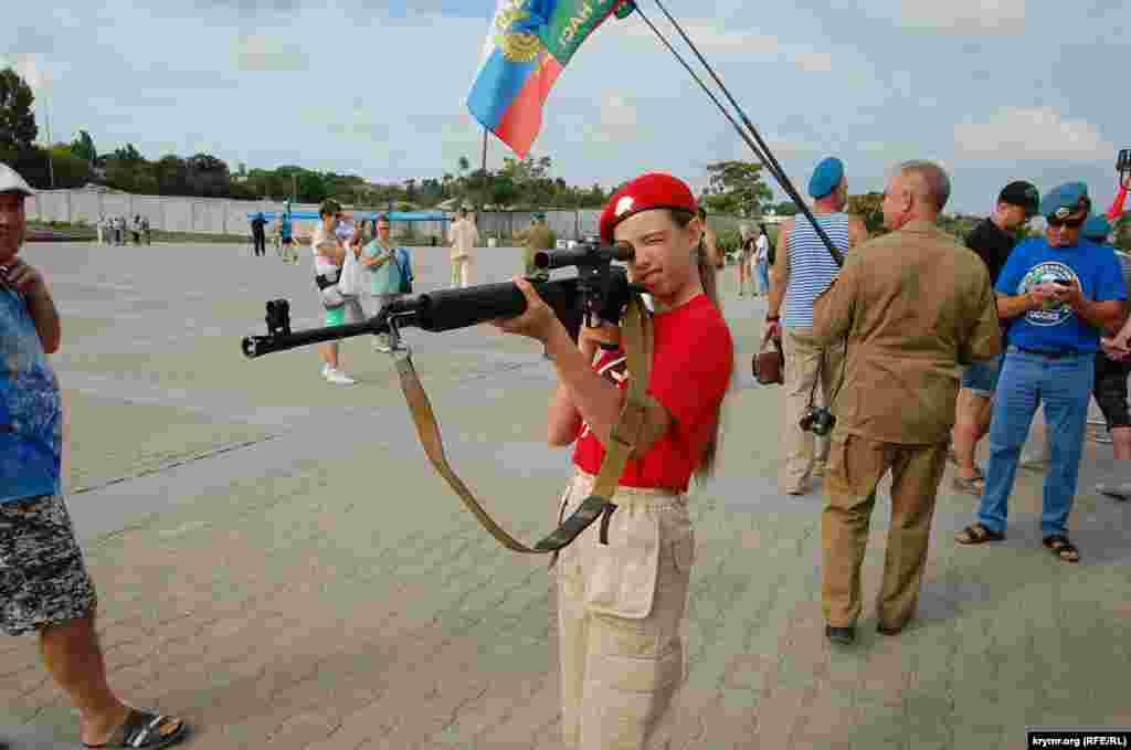 Девочка из движения «Юнармия» прицеливается из снайперской винтовки