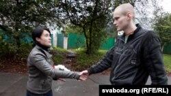 Мікіта Ліхавід сустракае Насту Палажанку пасьля 11-суткавага арышту