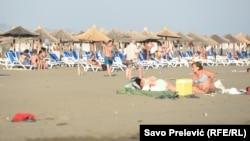 Prema tvrdnjama pojedinih zakupaca na ulcinjskoj Velikoj plaži, gostiju do prije par dana gotovo da nije bilo