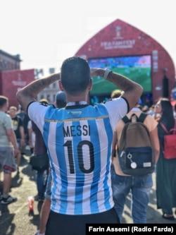یکی از هواداران تیم آرژانتین در یکی از محلهای ویژه تماشای فوتبال در سنپترزبورگ