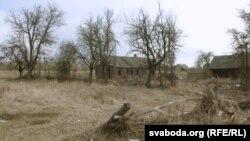 Характэрны пэйзаж з кінутымі хатамі ў Жасткаве