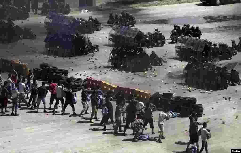 Protestuesit hedhin tulla të rreme kundër policisë gjatë një stërvitje anti-terrorist në Pekin.