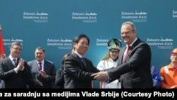 "Predsednik ""Hestila"" Ju Jong i ministar privrede Srbije Željko Sertić nakon potpisivanja ugovora"