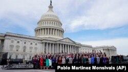Новоизбранные члены Конгресса на фоне Капитолия. 2018 г.