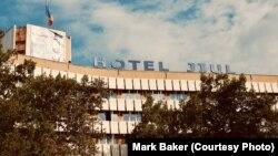 Hotel Jiul u Craiovi, Rumunija, zatvoren je 2015. godine i preuređen tako da se više ne može prepoznati. Preuredio ga je kupac Ramada Inn grupa. U svoje vrijeme, Jiul je bio jedan od najjeftinijih, najjezovitijih i najnezaboravnijih hotela u zemlji iz ere komunizma.