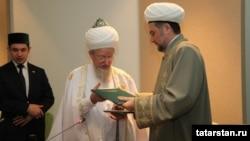 Тәлгать Таҗетдин һәм Илдус Фәиз хезмәттәшлек турында килешү имзалаганнан соң, Болгар, 21 май 2012