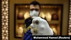 Zlatar iz Jordana pokazuje medaljone inspirisane pandemijom virusa korona