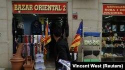 Imigranti koji su došli u Evropu još pre nekoliko generacija iako formalno jednaki u praksi su neravnopravniji (Foto: katalonska zastava na trgovini u gradu Vic u Španiji)