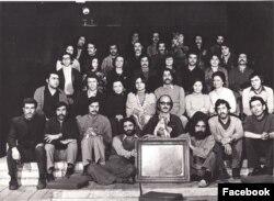 بیژن صفاری (ردیف اول نفر چهارم از راست) اعضای کارگاه نمایش