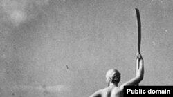 """Cкульптура """"Девушка с веслом"""" работы Ивана Шадра (второй вариант) в ЦПКиО им. Горького, Москва, 1936 год."""