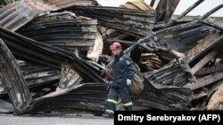 Спасатель на месте пожара в Кемерове