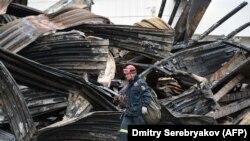 Расейскі ратавальнік на месцы пажару ў Кемераве.