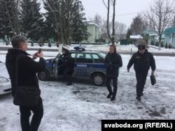 Міліцыянты дастаўляюць Анатоля Лябедзьку (другі справа) ў Жабінкаўскі раённы суд