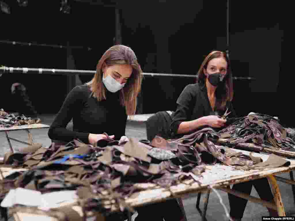 Ненужни изрезки от платове, дарени от различни фабрики в цяла Армения, се нарязват на малки парчета...