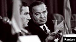 Өзбекстан президенті Ислам Каримов (оң жақта) пен Армения президенті Левон Тер-Петросян баспасөз мәслихатында отыр. Алматы, 21 желтоқсан 1991 жыл.