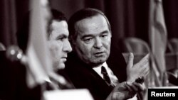 Uzbek President Islam Karimov (right) talks with Armenian President Levon Ter-Petrosian in 1991