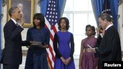 الرئيس أوباما يردد اليمين الدستورية أمام رئيس قضاة المحكمة العليا الأميركية جون روبرتس.