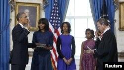 Barack Obama duke dhënë betimin...