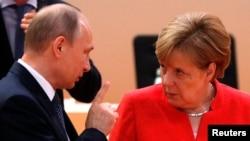 Германия канцлері Ангела Меркель (оң жақта) мен Ресей президенті Владимир Путин G20 саммиті кезінде. Гамбург, 7 шілде 2017 жыл.