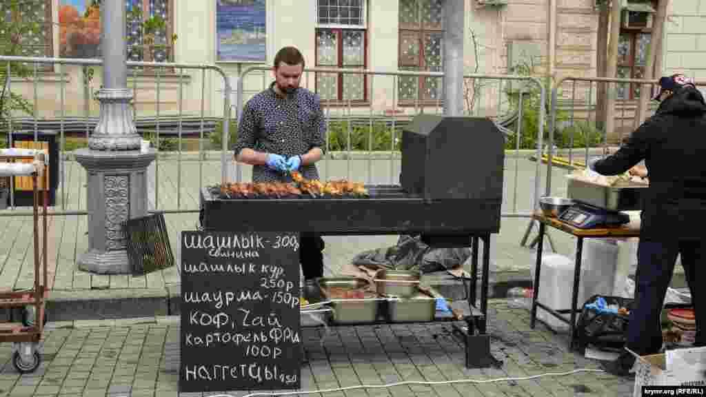 Местные предприниматели организовали зону «быстрого перекуса» для тех, кто проголодался