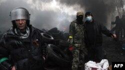Проросійськи налаштовані особи палять шини, готуючись протистояти правоохоронцям. Слов'янськ, 13 квітня 2014 року