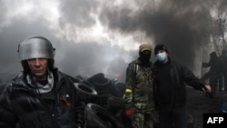 هواداران روسیه در شرق اوکراین با آتش زدن لاستیک ماشین خود را برای مقابله با بِرکوت (نیروهای ویژه پلیس اوکراین) آماده میکنند.