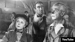 """Federico Felliniyə dünya şöhrəti gətirmiş """"Yol"""" filmindən bir səhnə."""