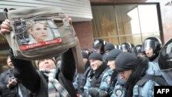 Сторонники Юлии Тимошенко держат ее портрет перед зданием Апелляционого суда Киева, 1 декабря 2011