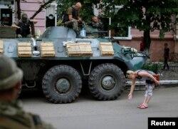 Жительница Славянска приветствует украинских солдат, 15 июля 2014