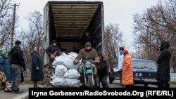 Благотворительная организация привезла топливные брикеты для жителей прифронтового села