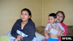 Бахыт Тлеспаева вместе со своими детьми. Алматы, 18 марта 2009 года.