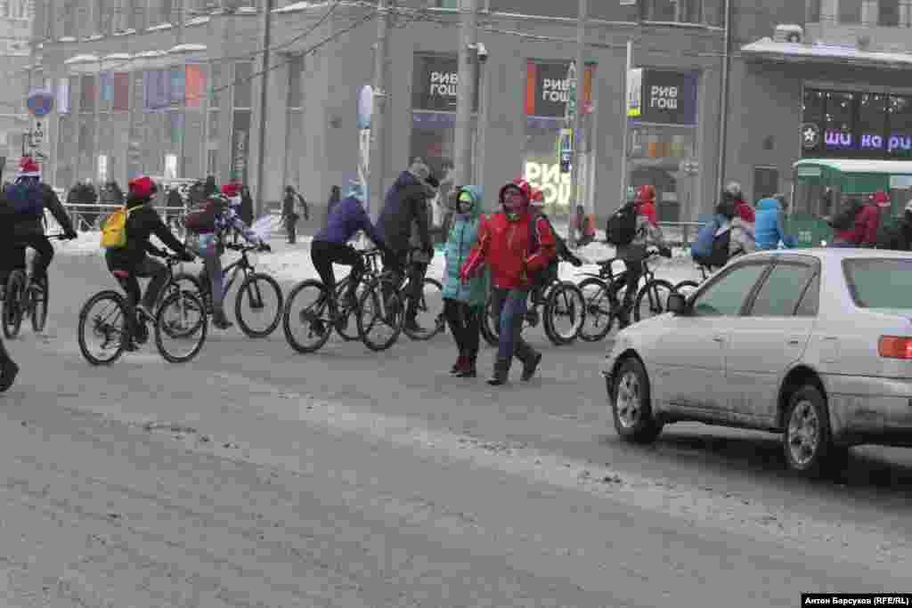 Велосипедисты рассказывали горожанам, что Новосибирск совершенно не приспособлен для передвижения на двух колесах в любое время года.