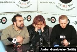 Виктор Шендерович, Светлана Сорокина и Эрнест Мацкявичюс после реорганизации НТВ, 2001 год