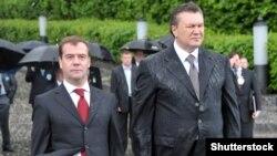 Тогочасні президенти України і Росії, Віктор Янукович (праворуч) та Дмитро Медведєв, під час покладання вінків до пам'ятника невідомому солдату Другої світової війни.Україна, Київ, 17 травня 2010 року
