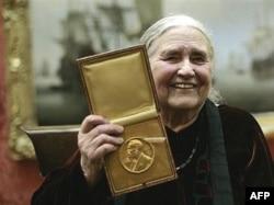 Doris Lessing și distincția oferită de Comitetul Nobel