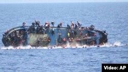 Одна из ранее затонувших лодок с мигрантами