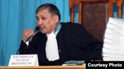 Судья Аралбай Нағашыбаев Жаңаөзен сотында отыр. Ақтау, 27 наурыз 2012 жыл. (Lada.kz сайтының суреті)