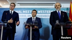 От ляво на дясно президентът на Сърбия Александър Вучич и премиерите на Северна Македония Зоран Заев и на Албания Еди Рама след срещата си в Охрид