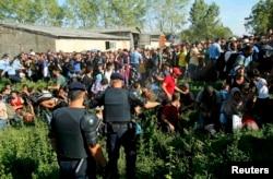 Поліція намагається направити біженців до автобусів