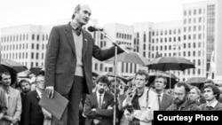 Мітынг супраць ГКЧП. Выступае Зянон Пазьняк. Жнівень 1991 г.