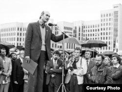 Зянон Пазьняк выступае на мітынгу БНФ супраць путчу, жнівень 1991