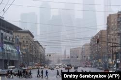 Небоскребы Международного бизнес-центра проступают в московской дымке