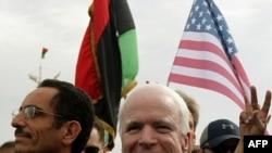 Сенатор МакКейн Бенгази шаарын кыдырууда, 22-апрель, 2011-ж