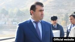 Издательский дом в Таджикистане, связанный с Шамсулло Сохибовым, зятем президента Эмомали Рахмона, получил выгодный государственный контракт по итогам сомнительного тендера, проведенного агентством по государственным закупкам.